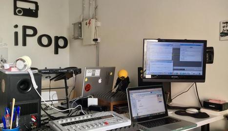 en directe. Javier de Castro gravant una sessió a l'estudi d'iPopFM.