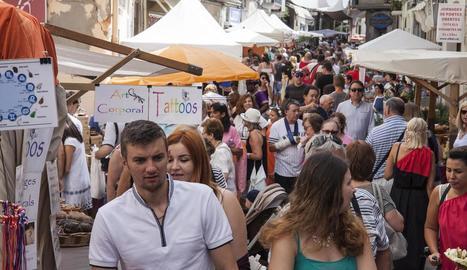 L'artista local Ramon Ribalta va exposar a la plaça Major.