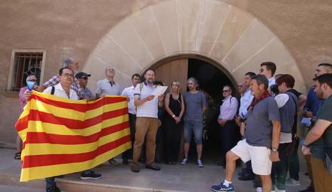 Una quinzena de manifestants es van desplaçar fins a la porta del bisbat, on van llegir una carta.