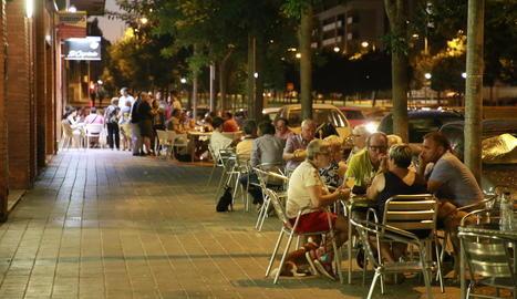 Diverses terrasses atapeïdes de clients ahir a la nit a la rambla Corregidor Escofet de Pardinyes.