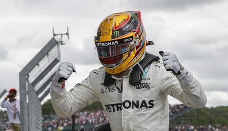 Lewis Hamilton celebra el triomf en el Gran Premi de la Gran Bretanya, que el situa a només un punt del lideratge de Sebastian Vettel.