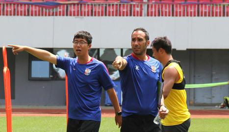 Pep Muñoz, al costat del traductor xinès de l''staff' tècnic del Qingdao Huanghai.