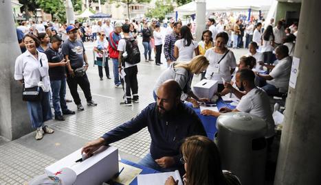 Els veneçolans van haver de votar al carrer al negar a l'oposició l'ús d'edificis públics.