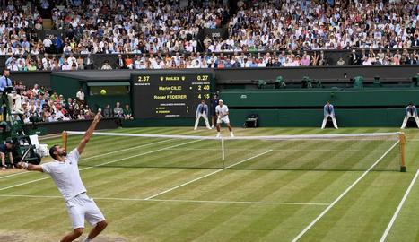 Roger Federer celebra un punt durant la final de Wimbledon, en la qual va superar en tres sets el croat Marin Cilic.