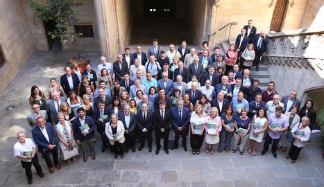 Foto de grup dels 110 representants del comerç, mitjans de comunicació, salut o educació que ahir van firmar el pacte.