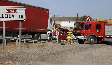 El cotxe en el qual viatjaven les víctimes va quedar convertit en ferralla després del xoc amb el camió.
