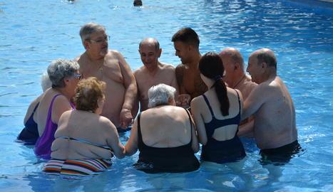 Jaume i Judit, fisioterapeutes, amb Antonio, Juan, Laura, Regina, Juanita, Paca, Josep i Manuel en plena sessió.