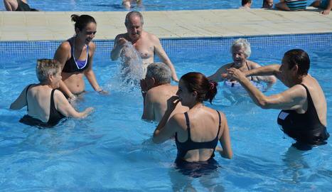 L'Antonio envoltat de la fisioterapeuta, l'Anna, i els seus companys Josep, Antonia, Pepita, Judit i Pilar.