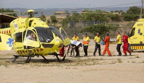 Un helicòpter del SEM va aterrar al costat de les piscines municipals de Guissona i va traslladar el nen a l'hospital Vall d'Hebron.