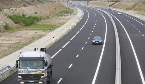 Camions i cotxes circulant per l'A-14 a l'altura d'Alguaire, ahir a la tarda.
