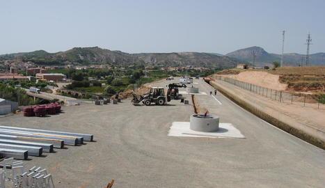 Els pilars on s'instal·laran els panells solars de la primera bomba, a la zona d'Ivars de Noguera.