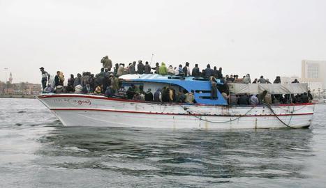 Imatge d'arxiu d'una embarcació que transporta immigrants a les costes europees.