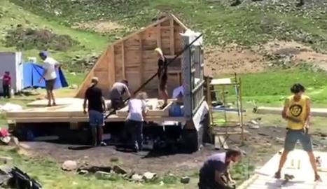 Els estudiants treballant en la reconstrucció de la cabana.