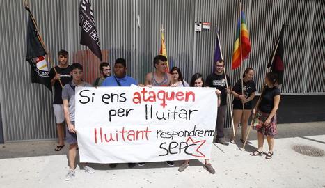 Membres del SEPC i Colors de Ponent, ahir, davant l'institut.