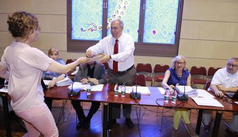 El moment de l'entrega de les firmes al rector de la UdL, abans de començar el consell de govern.