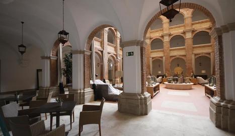 L'interior del parador nacional del turisme del Roser.