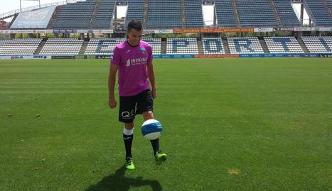 Carlos Lázaro ahir al Camp d'Esports mostrant les seues habilitats amb la pilota.