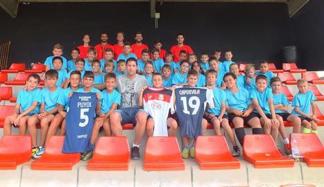 Joan Capdevila ahir amb els nens i els tècnics del campus que porta el seu nom.