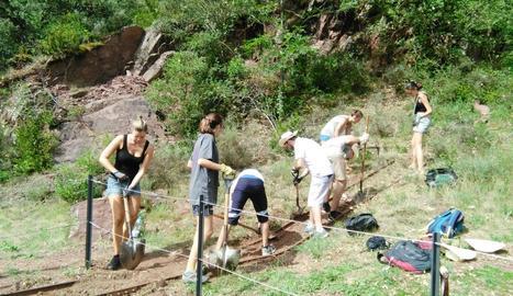 A l'esquerra, voluntaris del camp de treball del Pallars al camí de la mina de Castell-estaó, a la Vall Fosca. Sobre aquestes línies, excavació al jaciment de Gebut.