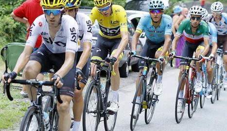 El líder Christopher Froome, de l'Sky, davant de Fabio Aru, de l'Astana, durant l'etapa d'ahir.