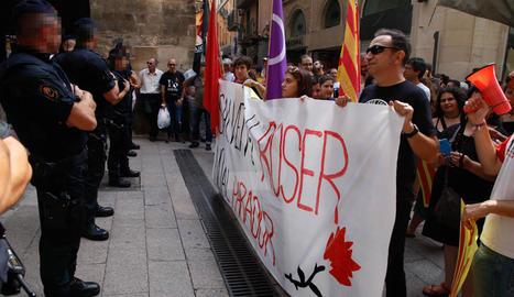 Imatges de la manifestació al carrer Cavallers contra el parador del Roser de Lleida