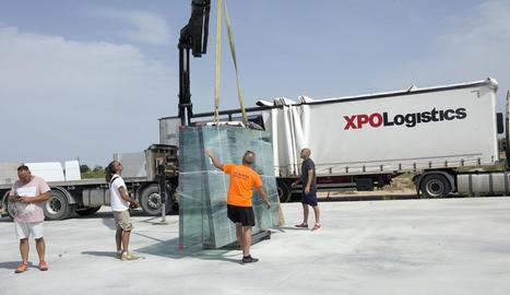 Operaris descarreguen els materials per a la construcció de les dos noves pistes de pàdel.