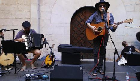 Un moment del concert que va oferir Baró ahir al pati de l'IEI.