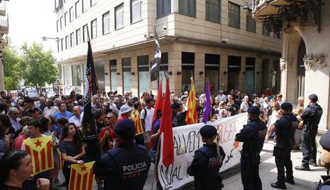 Els manifestants, a la confluència dels carrers Major i Cavallers, davant d'una barrera de mossos.
