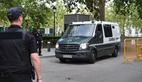 El furgó policial que trasllada Villar i el seu fill, a la sortida ahir de l'Audiència Nacional.