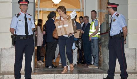 Membres de l'equip forense al sortir del Teatre Museu de Figueres després de practicar l'exhumació.