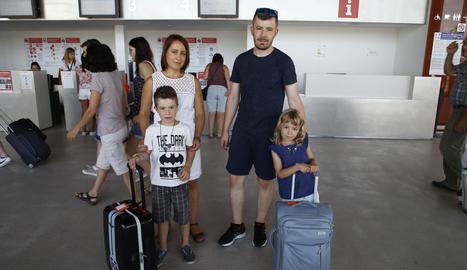 Viatgers embarcant al migdia al primer avió de l'estiu des d'Alguaire a Menorca.
