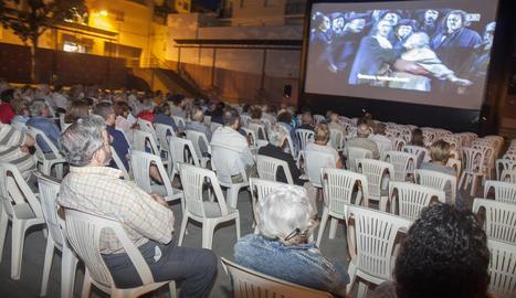 Un moment de la retransmissió de l'òpera 'Il Trovatore', d''El Liceu a la Fresca', ahir a la nit a la plaça de les Nacions sense Estat de Tàrrega.