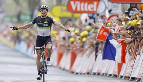 El ciclista noruec de l'equip Dimension Data, Edvald Boasson, celebra la victòria a meta.