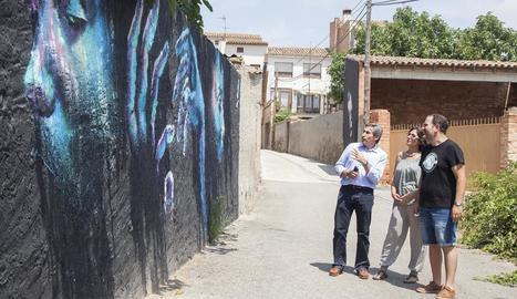 Els artistes Tàrrega Tope i Peón van pintar ahir un gran hort al carrer que dóna a la casa del Tato, veí convertit en una icona de Gar-Gar.
