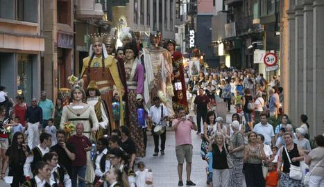 Els gegants de Lleida per l'Eix Comercial, en la passada festa dels Fanalets de Sant Jaume.