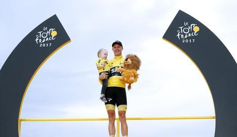 El britànic Chris Froome celebra la victòria al Tour de França amb el seu fill Killian.