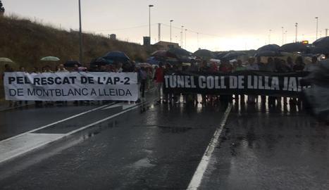 Els manifestants van tallar l'N-240 sota la pluja darrere de pancartes per exigir el túnel i alliberar l'AP-2.