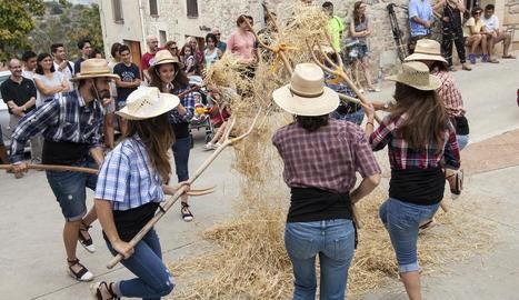Un moment de l'escenificació del ball de les forques, que es va celebrar ahir al migdia a Nalec.