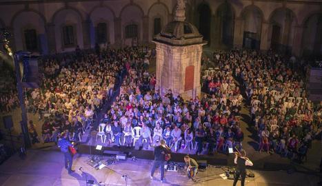 Un moment del concert que va oferir el grup Blaumut ahir a la Universitat de Cervera.