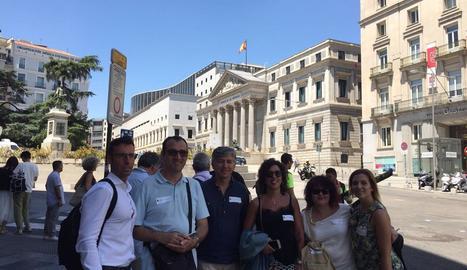 Representants d'autoescoles lleidatanes, ahir, davant del Congrés dels Diputats.