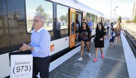 Passatgers baixant del tren de la Pobla a l'estació de Balaguer.