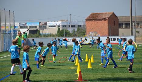 A la imatge, nens prenent part en les activitats de futbol al Complex del Segrià.