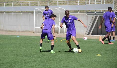 Els jugadors del Lleida Esportiu reben les indicacions del cos tècnic abans de començar el primer entrenament de l''stage' a Aran.