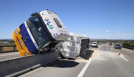 El camió va quedar a sobre de la mitjana de l'autovia i va ser necessari tallar un carril de la circulació.