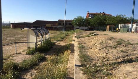 Vista de l'estat del camp de futbol de Llívia.
