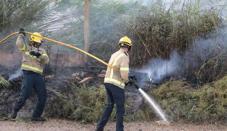 Bombers treballant al foc dels Magraners.