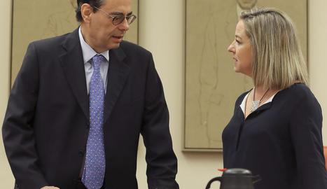 Jaime Caruana, amb Ana Oramas, diputada de Coalició Canària, ahir a la comissió d'investigació.
