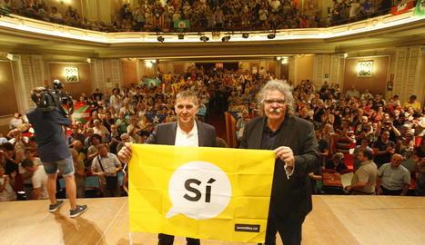 Otegi i Tardà, ahir abans de l'acte al Teatre Principal, amb una pancarta de l'ANC que demana el vot favorable per a la independència.