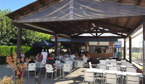 El bar de les piscines de Torrefarrera, que sí que està obert.