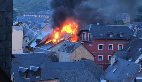 Les espectaculars flames eren visibles des de tot el municipi.